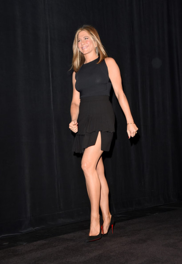 skirt jennifer aniston black shoes