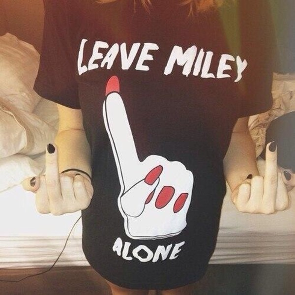 t-shirt miley cyrus finger