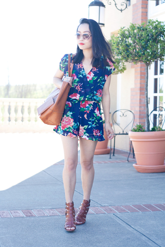 it's not her it's me blogger romper sunglasses floral brown leather bag spring outfits leather sandals