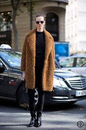 le fashion,blogger,sunglasses,rust,fuzzy coat,winter coat,black jeans,winter outfits,coat,bag,jeans,camel fluffy coat,teddy bear coat