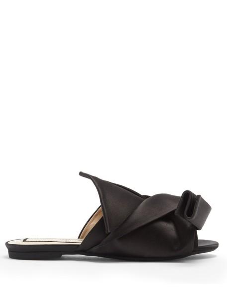 No. 21 bow satin black shoes