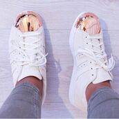 shoes,adidas,adidas shoes,white,adidas superstars,rosegoldadidas,white adidas shoes,adidas originals,whiteandgold,tennis shoes,rose gold