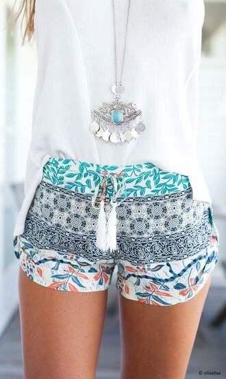 shorts short bleu blanc noir orange motif ?t? pom poms tee-shirt blanc collier blouse