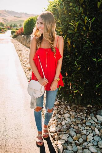 twenties girl style blogger top jeans shoes bag jewels sandals red top ripped jeans shoulder bag white bag summer outfits