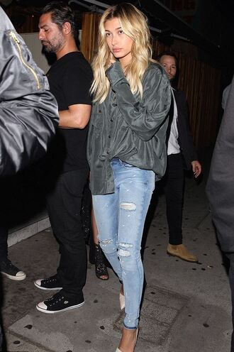 shirt jeans pumps hailey baldwin ripped jeans shoes
