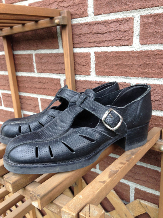 Vintage woven leather black sandals / 90s by urbncatfitters
