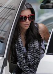 scarf,kim kardashian,houndstooth,houndstooth scarf,kim kardashian style