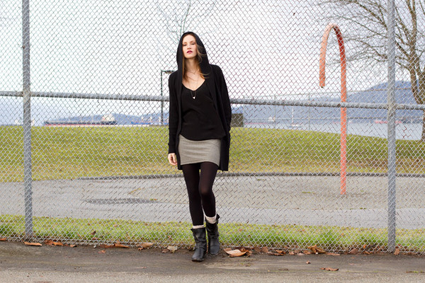 styling my life blogger black boots sweater tank top skirt socks jewels