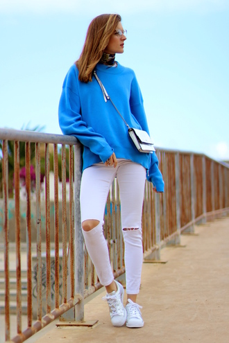 marilyn'scloset blogger pants shoes bag blue sweater crossbody bag white jeans sneakers spring outfits