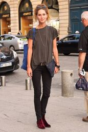 shoes,velvet boots,velvet shoes,burgundy shoes,black jeans,jeans,t-shirt,bag,blue bag,pouch,streetstyle,casual,model,model off-duty,velvet ankle boots