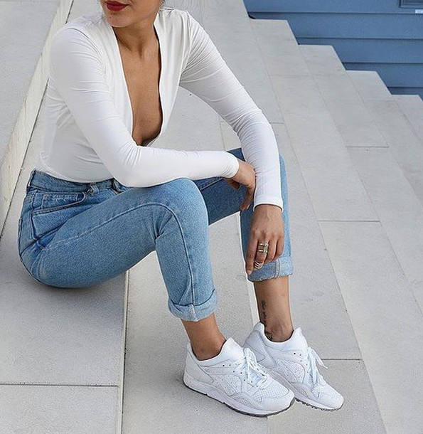 jeans bodysuit white top white sneakers sneakers