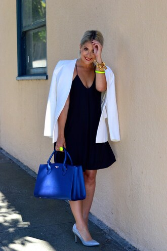 katwalksf blogger jacket dress shoes bag jewels minimalist dress black dress white blazer blue bag mini dress make-up