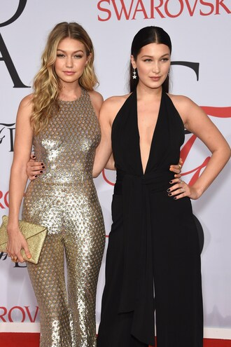 dress gigi hadid gigi hadi bella hadid jumpsuit gigi and bella hadid black jumpsuit gold jumpsuit clutch gold clutch celebrity style celebrity red carpet model hadid sisters