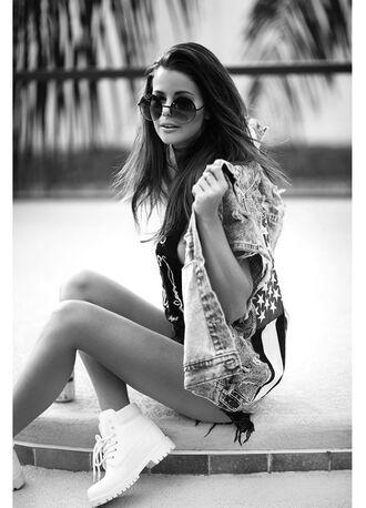 stylista blogger american flag denim jacket timberland round sunglasses