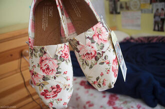 shoes toms flats bag canvas floral cream roses pink flowers pink flowers girly pretty cute nice toms shoes women toms floral floral toms floral shoes one for one lovely white pastel spring style toms flowers pink white