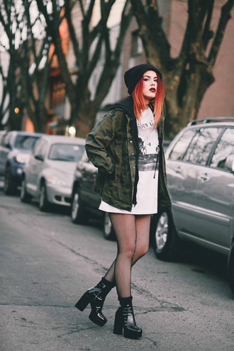 jacket tumblr camouflage camo jacket shirt t-shirt white t-shirt tights net tights fishnet tights boots black boots ankle boots beanie grunge parka hoodie blogger blogger style