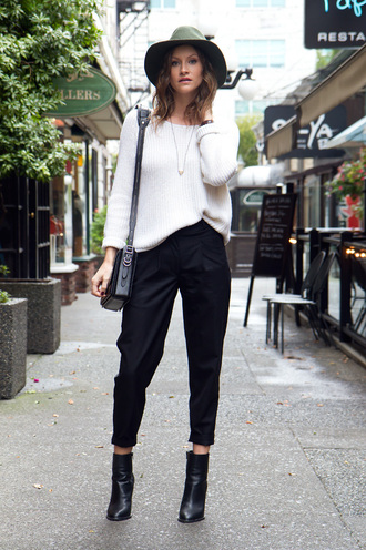 styling my life blogger cropped pants black boots black pants knitted sweater white sweater