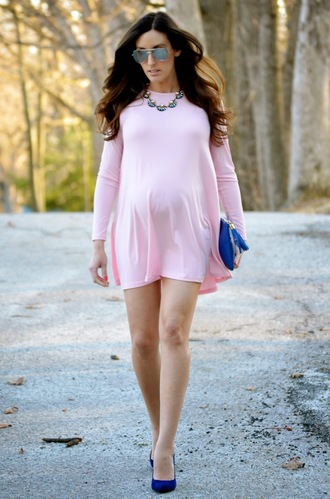 classroom couture blogger pink dress maternity dress blue bag