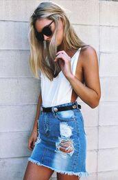 skirt,frayed denim skirt,frayed denim,denim skirt,mini skirt,blue skirt,ripped skirt,top,white top,summer outfits,sunglasses,black sunglasses