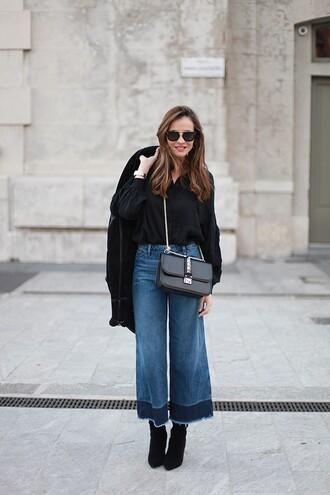 lady addict blogger flare pants black bag flare jeans