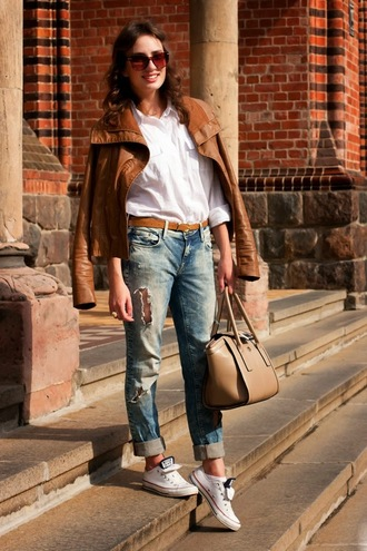 jacket white shirt brown leather jacket ripped jeans white sneakers beige bag blogger sunglasses