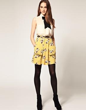 Mini jupe avec imprimã© floral et ceinture chez asos
