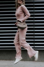 sosageblog,blogger,pink pants,pink sweater,crossbody bag,sneakers,knitwear,nude