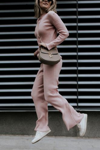 sosageblog blogger pink pants pink sweater crossbody bag sneakers knitwear nude