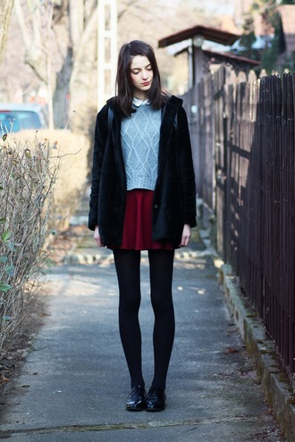 mes memos blogger red skirt grey sweater black coat sweater coat shoes
