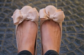 shoes flats bow bows bow flats nude nude shoes cute pretty nudeflats pink ribbon ballet flats ballet shoes pastel beige flats beige bow beige shoes ballerine pink bow cute shoes ballerina shoes summer ballerina