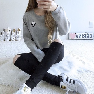 sweater cozy alien grey grey sweater black white adidas black ripped jeans black jeans ripped jeans jeans pants grey top top shirt black and white oversized shoes sneakers black pants grey shirt style outfit outfit idea skinny jeans sweatshirt alien shirt brandy melville cozy sweater oversized sweater greys oversize sweater black and white shoes