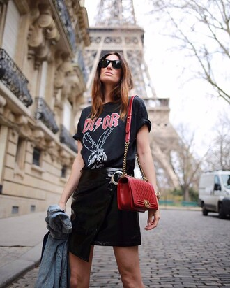 skirt tumblr bag red bag chain bag t-shirt black t-shirt logo tee mini skirt wrap skirt vinyl vinyl skirt asymmetrical asymmetrical skirt sunglasses black sunglasses 00s style
