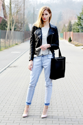 beauty fashion shopping blogger t-shirt light blue jeans tote bag leather jacket