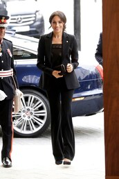 top,celebrity,all black everything,meghan markle,pumps,blazer,black blazer