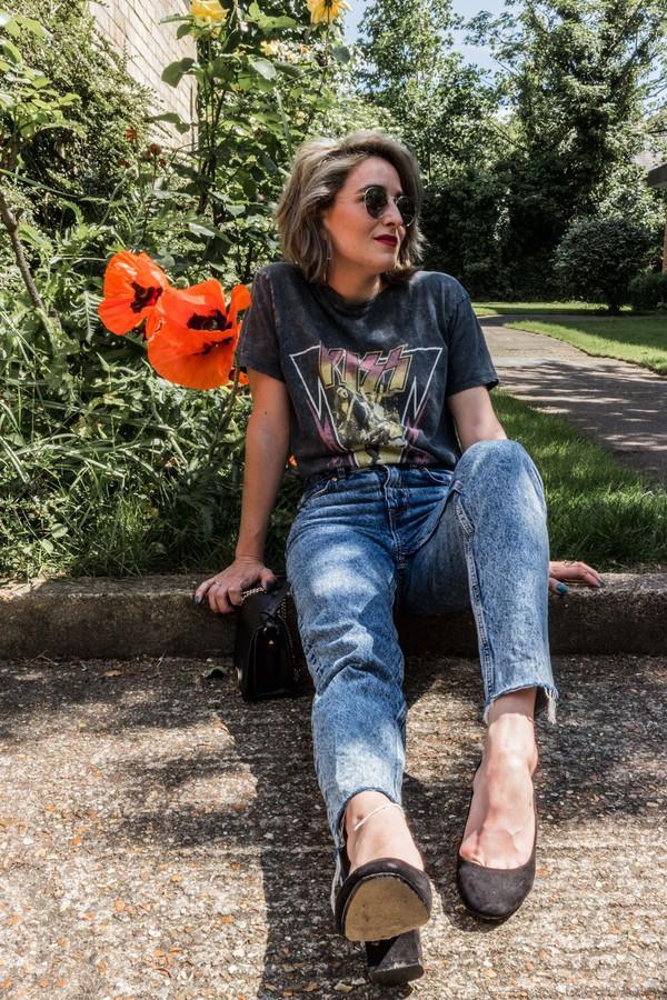 t-shirt blogger blogger style mom jeans high heels sunglasses vintage band t-shirt