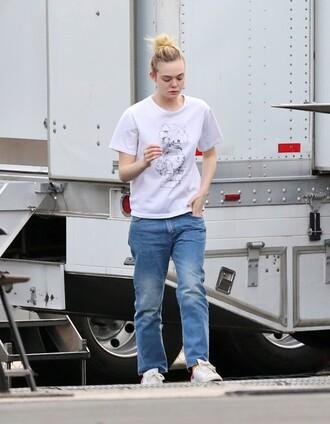 top jeans elle fanning sneakers