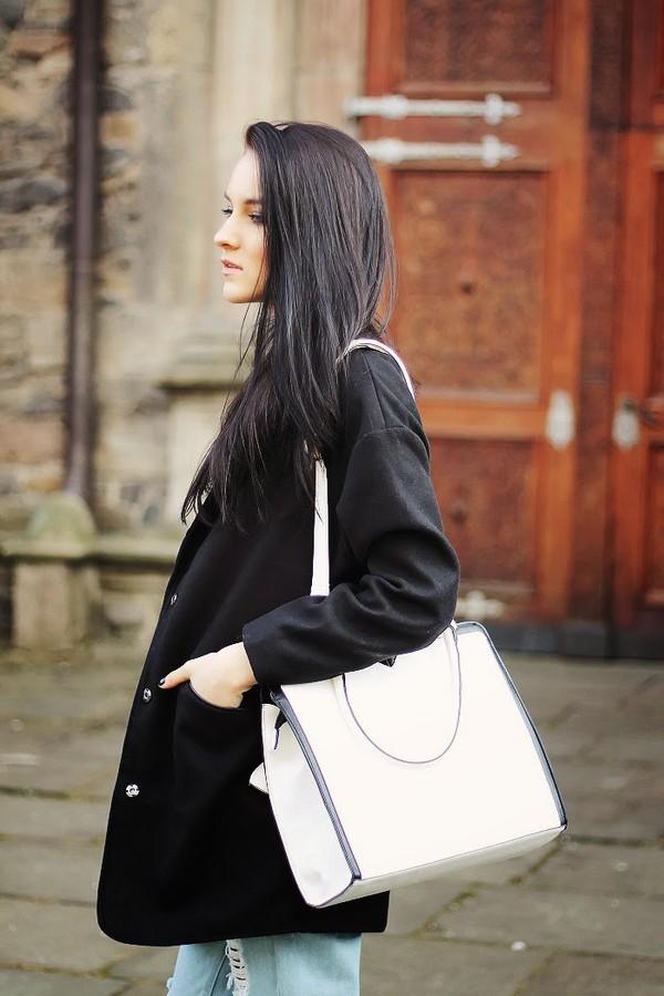 leona meliskova coat t-shirt jeans shoes bag