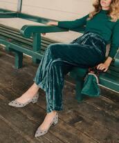 pants,green pants,shoes,grey shoes
