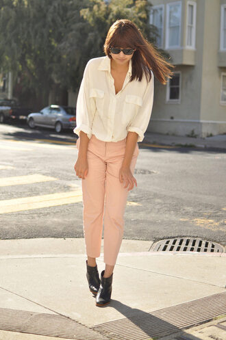 pants white shirt pink pleated pants black boots sunglasses blogger