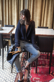 a portable package,blogger,jeans,knitted cardigan,pointed toe