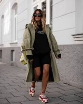 coat,trench coat,oversized coat,sneakers,black shoes,sweater,sunglasses,shoulder bag