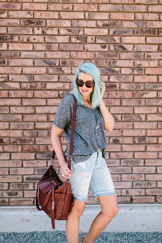 the red closet diary blogger shorts top shoes sunglasses bag jewels make-up