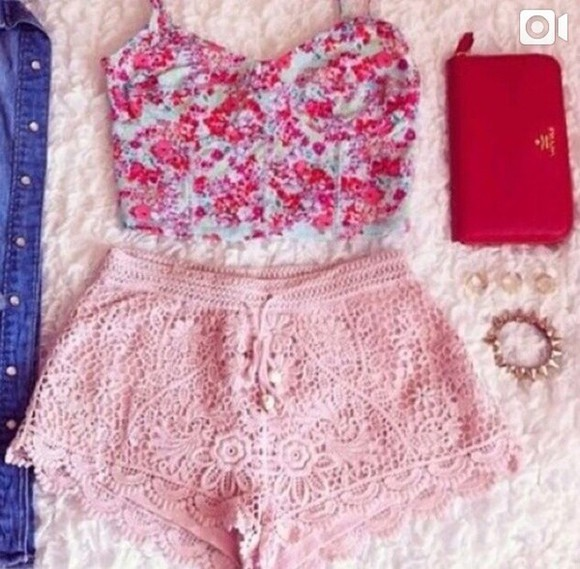 crop tops pink shorts floral shorts High waisted shorts floral tank top clutch summer outfits