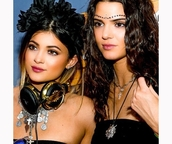 jewels,boho jewelry,jewelry,kendall and kylie jenner,kendall jenner,kylie jenner,hair accessory,necklace,coachella,earphones,celebrity style