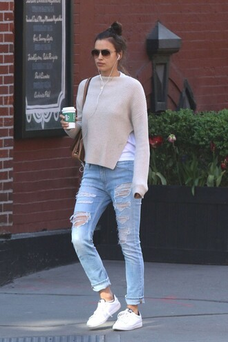 jeans irina shayk sweater sneakers ripped jeans spring outfits