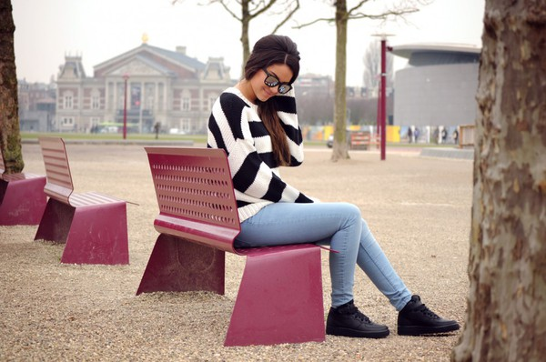 satisfashion blogger sunglasses striped sweater skinny jeans black sneakers