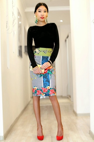blogger aibina's blog clutch earrings pencil skirt floral skirt red heels
