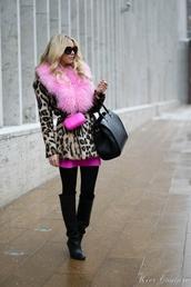 fashion addict,blogger,coat,fur scarf,leopard print,dress,tights,shoes,bag,gloves,belt,hat,t-shirt,fur collar coat,opaque tights,fur leopard print winter coat,printed fur coat