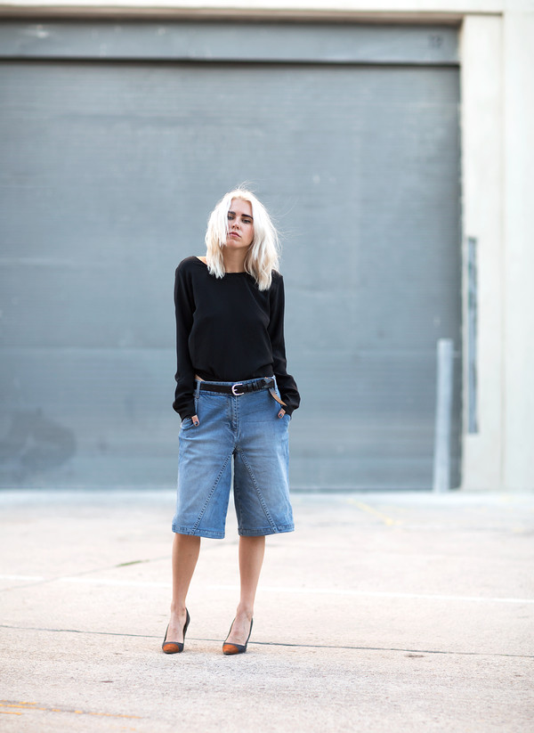 always judging blogger belt culottes denim culottes blue jeans cropped jeans black top long sleeves pumps pointed toe pumps high heel pumps black belt