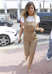 pants,kylie jenner,overalls,romper,pinafore,shirt,shoes,jumpsuit,cute,beige,white,crop tops,t-shirt,jumper,top,tan,streetstyle,chic,khaki,celebrity,khaki overalls kylie jennerr,beige overalls,white t-shirt,classy,pockets,nude